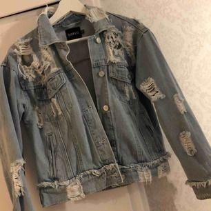 Säljer nu denna supersnygga jeansjacka då den aldrig kommer till användning. Köpt från Boohoo förra sommaren för cirka 500kr, den är använd ungefär 3 gånger. Så den är som ny! Betalas med swish och köparen står för frakt 🌸