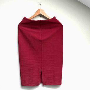 Helt oanvänd superfin kjol med slits baktill. Tyvärr för liten för mig.
