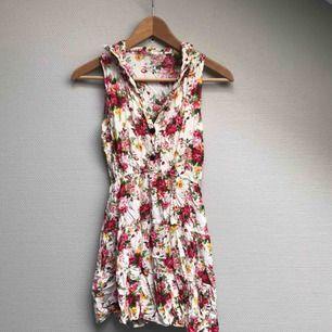 Jättefin blommig somrig klänning i följsamt tyg! Har tyvärr blivit för liten för mig😌☺️