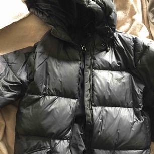 Jättefin dunjacka från gant i storlek S. Den är använd men i fint skick. Svart. Nypris är 3300. Väldigt bra kvalité.
