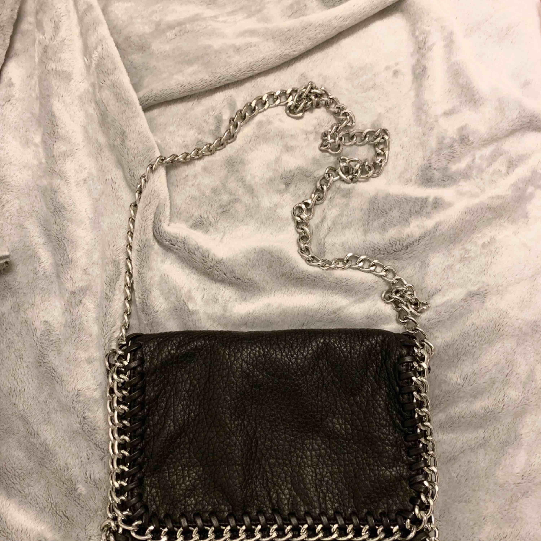 Säljer nu min Tiamo väska i fint skick. Mycket lite använd. Det är den lite större modellen. Kan skickas mot fraktkostnad eller hämtas kring Jakobsberg.. Väskor.