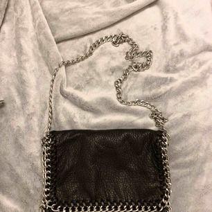 Säljer nu min Tiamo väska i fint skick. Mycket lite använd. Det är den lite större modellen. Kan skickas mot fraktkostnad eller hämtas kring Jakobsberg.