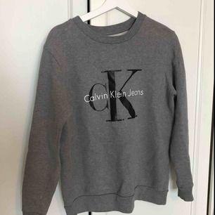 Ljusgrå långärmad tröja från Calvin Klein. Fint skick! Köparen står för frakten, endast swish 🌱