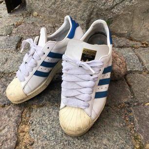 Vintage adidas superstar - Från sent 80-tal / tidigt 90. Trevligt använt skick. Kan hämtas i Uppsala eller skickas mot fraktkostnad