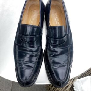 Mörkblå klassiska loafers helt i skinn, strl 38, Emporio Veneto, använda men i mkt bra skick!!!  Frakt 79kr
