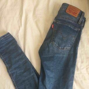 Levis jeans! Knappt använda och i fint skick. Har haft de länge men inte använt så mycket. Frakt tillkommer eller mötas upp vid TC elr Odenplan.