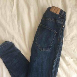 Jeans från gina tricot. Skinny. Har ett litet hål därav priset. Går dock att laga. Frakt tillkommer elr mötas upp vid TC elr Odenplan.