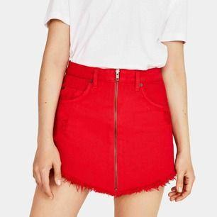 Supersnygg röd jeanskjol i storlek 32 från Bershka. Kjolen har snygga slitningar lite överallt. Endast använd 5 gånger. Köpt i Portugal förra året för 18€ (200kr). Skriv för fler bilder. Möts i Stockholm, annars står köparen för frakt. 🥰