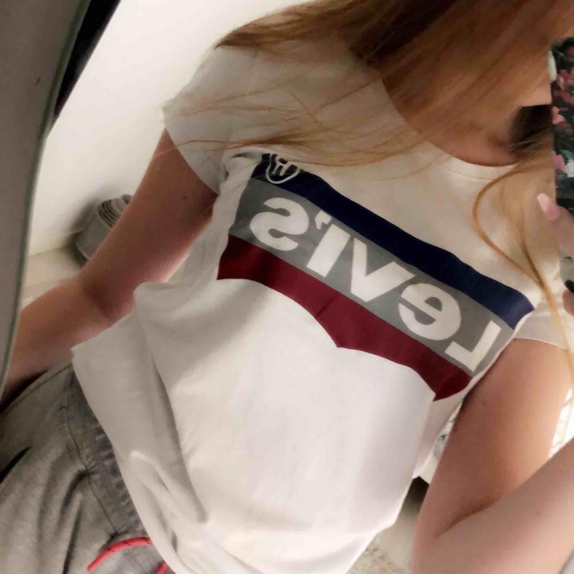 En super snygg Levi's t-shirt i storlek s. Använd några gånger. Nypris 259kr, jag säljer för 75 kr. OBS-katt finns i hemmet  ((Tyvärr fake)). T-shirts.