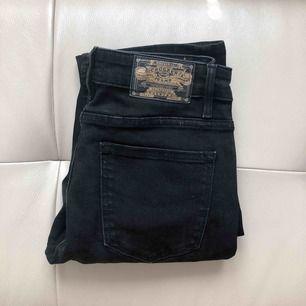 Svarta raka jeans ifrån crocker, stl W27, L32