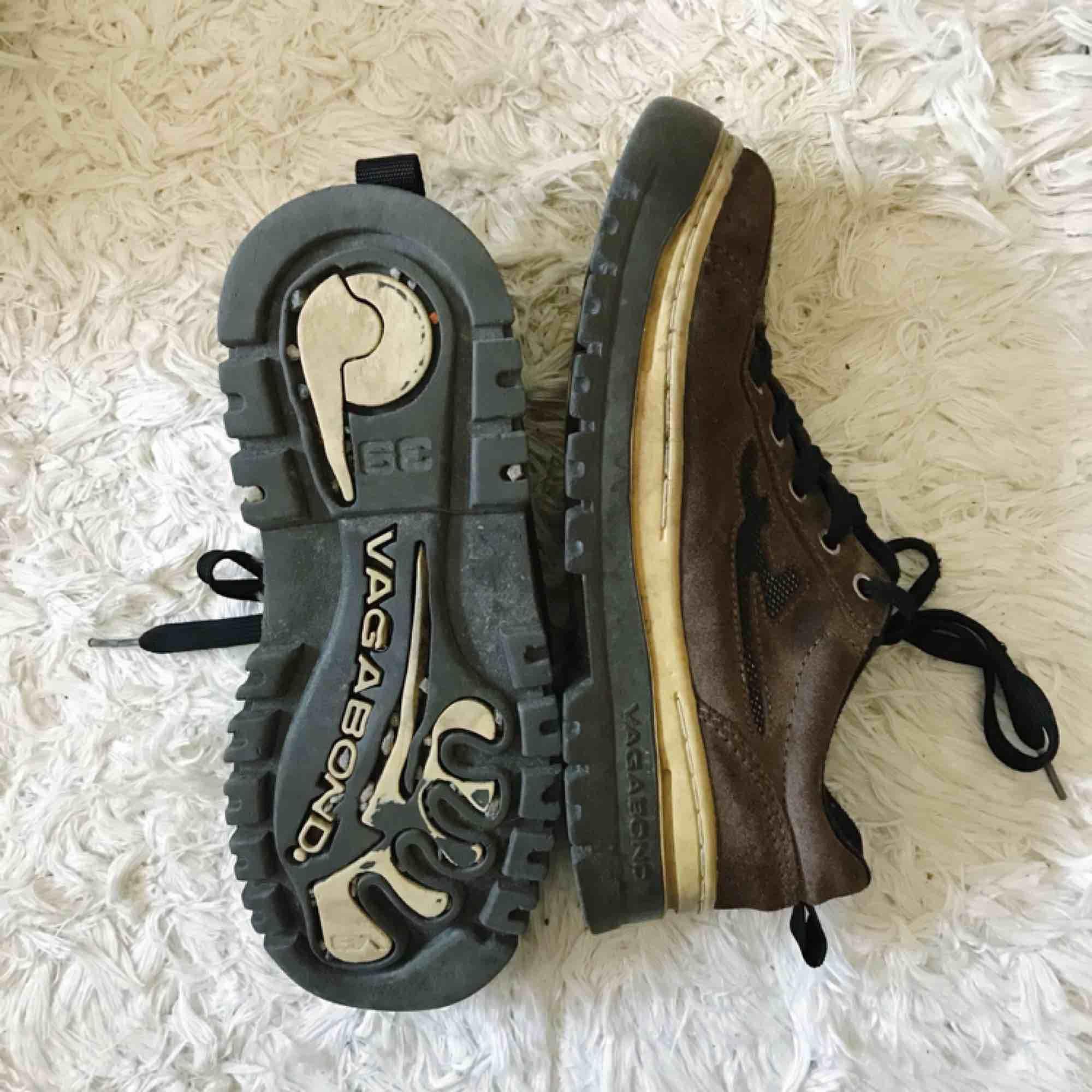 Bruna chunky sneakers från Vagabond. Så fina men inte riktigt min stil. Troligtvis från sent 90/tidigt 2000-tal. Perfekt chunky modell med lite högre sula. Storlek 39. Skor.