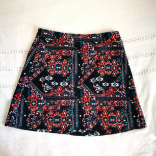 Kort mönstrad kjol från H&M Ca 39 cm lång Ingen resår i midjan men dragkedja i bak. 98% bomull, 2% elastan, tyget har en mjuk men liksom matt känsla Kan mötas upp i Uppsala, annars skickar jag mot en fraktkostnad på 35 kr :)