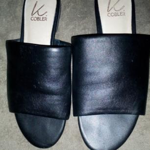 Nästintill oanvända sandaler fr K Cobler i svart skinn, jätteskönt men är lite för små för mig  Frakt 55kr
