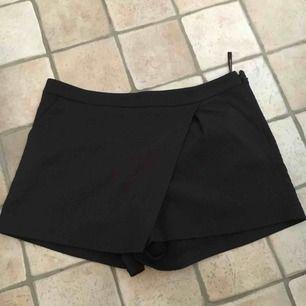 """Shorts i kostymmodell med överhängde """"kjoldetalj"""". Osynliga fickor baktill och vanliga sidofickor i fram. Passar 40-42. Köpare står för frakt."""