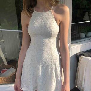 Perfekta klänningen inför skolavslutning, konfirmation eller bara nu till sommaren. Gräddvit med superfin rygg i spets. Köparen står för eventuell frakt.