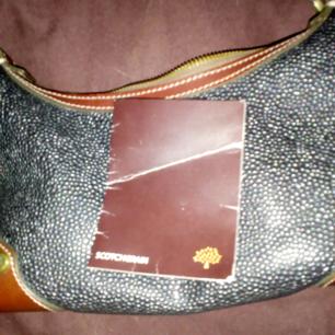 Superdeal!!! Säljer en Mulberry svart väska small perfekt för fest-eller kvällsbruk, den är bara använd någon gång, jag använder den inte längre. Passa på att få en ÄKTA Mulberry till vrakpris!!! Dustbag finns, kontakta för mer bilder  Frakt 79kr