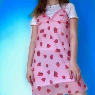 Super söt rosa slipdress med jordgubbar🍓 Passar bra till sommaren! OBS, klänningen är tunn och transparent, jag har en vit klänning på mig under💕 Fri frakt!