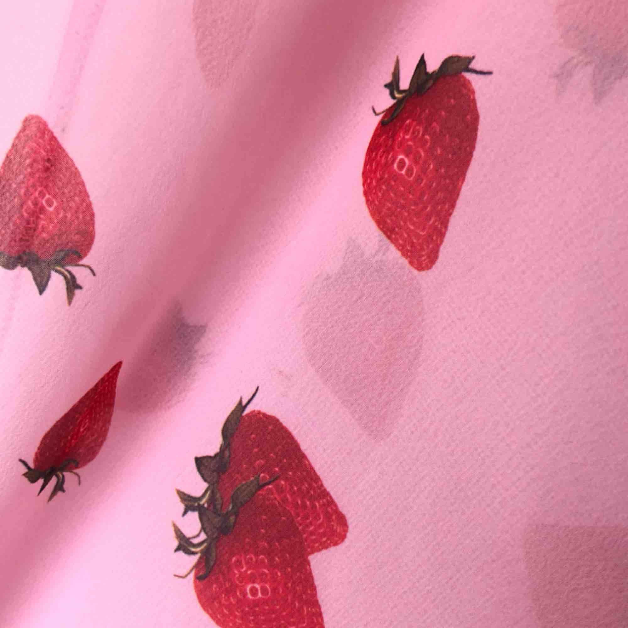 Super söt rosa slipdress med jordgubbar🍓 Passar bra till sommaren! OBS, klänningen är tunn och transparent, jag har en vit klänning på mig under💕 Fri frakt!. Klänningar.