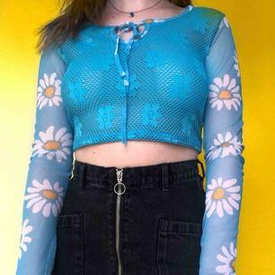 Super härlig vintage tröja med meshärmar och blommor. Är skitcool under en tshirt eller bara som den är! 🌼 Fri frakt!