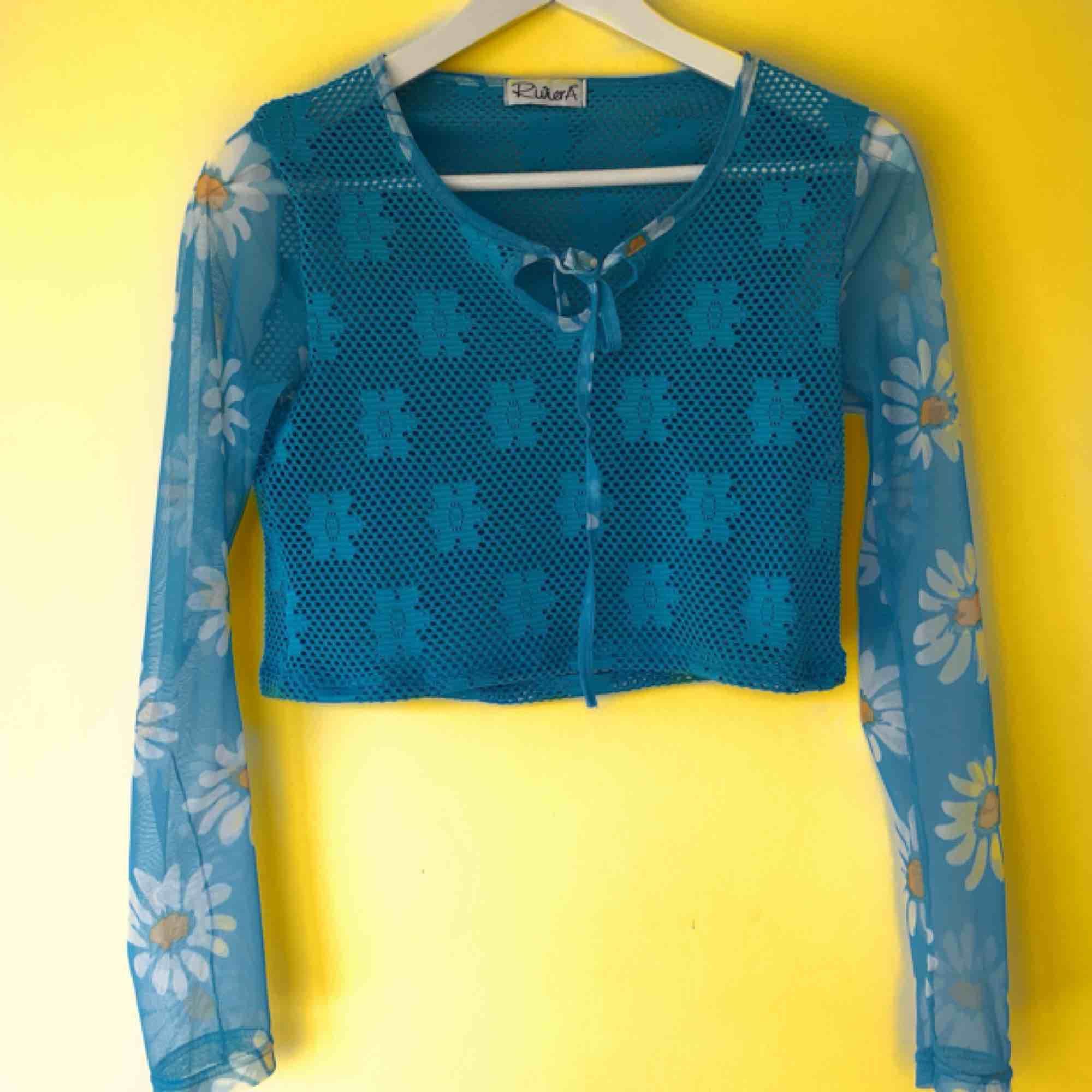 Super härlig vintage tröja med meshärmar och blommor. Är skitcool under en tshirt eller bara som den är! 🌼 Fri frakt!. Toppar.