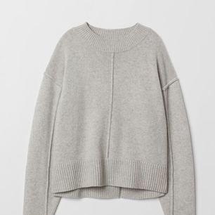 Sjukt fin stickad tröja från H&M Premium Quality som jag älskar men som jag tyvärr tröttnat lite på. Köpt i höstas för 599 kr, hoppas nån vill ge den mer kärlek ❣️ 95% ull 5% kashmir