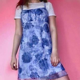 En blågrå klänning med blommor och moln! Har ett yttre tyg i mesh och en underklänning. Märkt som M men passar bäst på S. Fri frakt! 💞