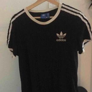En simpel Adidas t-shirt, bara använd högst 2 gånger. Nypris: 300kr!