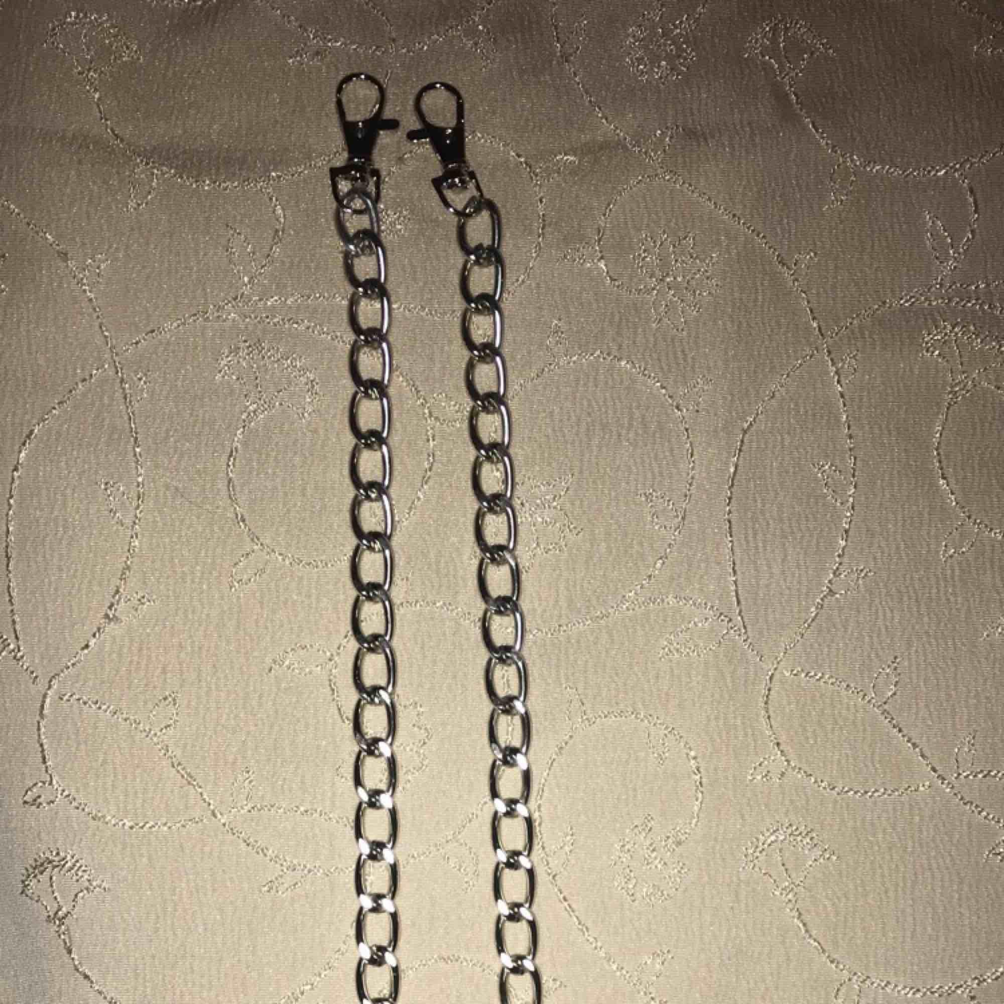 Cool byxkedja som även går att använda som ett halsband. Den är ca 60 cm lång. Kan alltid göra den kortare om det önskas. + frakt  PRISET GÅR ATT DISSKUTERA. Accessoarer.