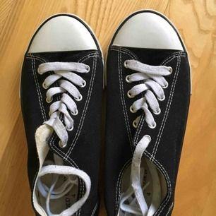 Svarat sneakers strl 37