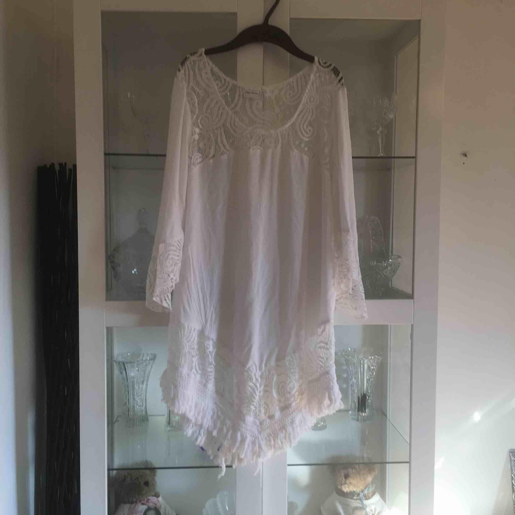 Snygg klänning - tunika eller strandkläning . Klänningar.