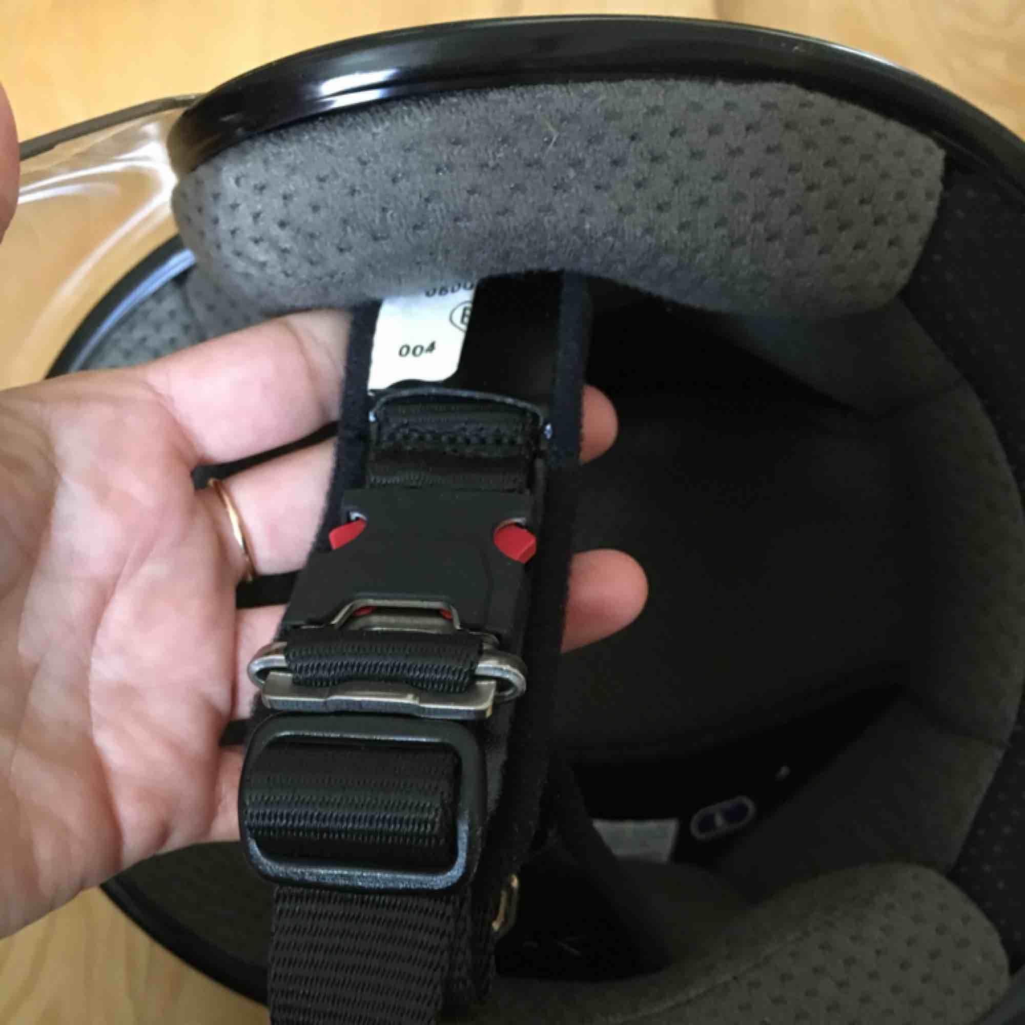 MC-Hjälm Shoei J-Wing Plain svart  CE-godkänd E22:05. Hakspänne med dubbla D-ringar. Klart imfritt pinlockvisir (CJ-1) som låses i stängt läge för att inte vibrera i höga farter.  VIKT: 1290 +/- 50 gr i stlk L  Väska till . Övrigt.