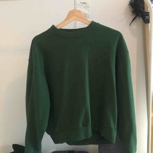 En basic sweatshirt från Weekday i en jättefin grön färg. Använder den sällan. Nypris: 250! Jag som är en S-M passar i den och den är inte allt för tight.