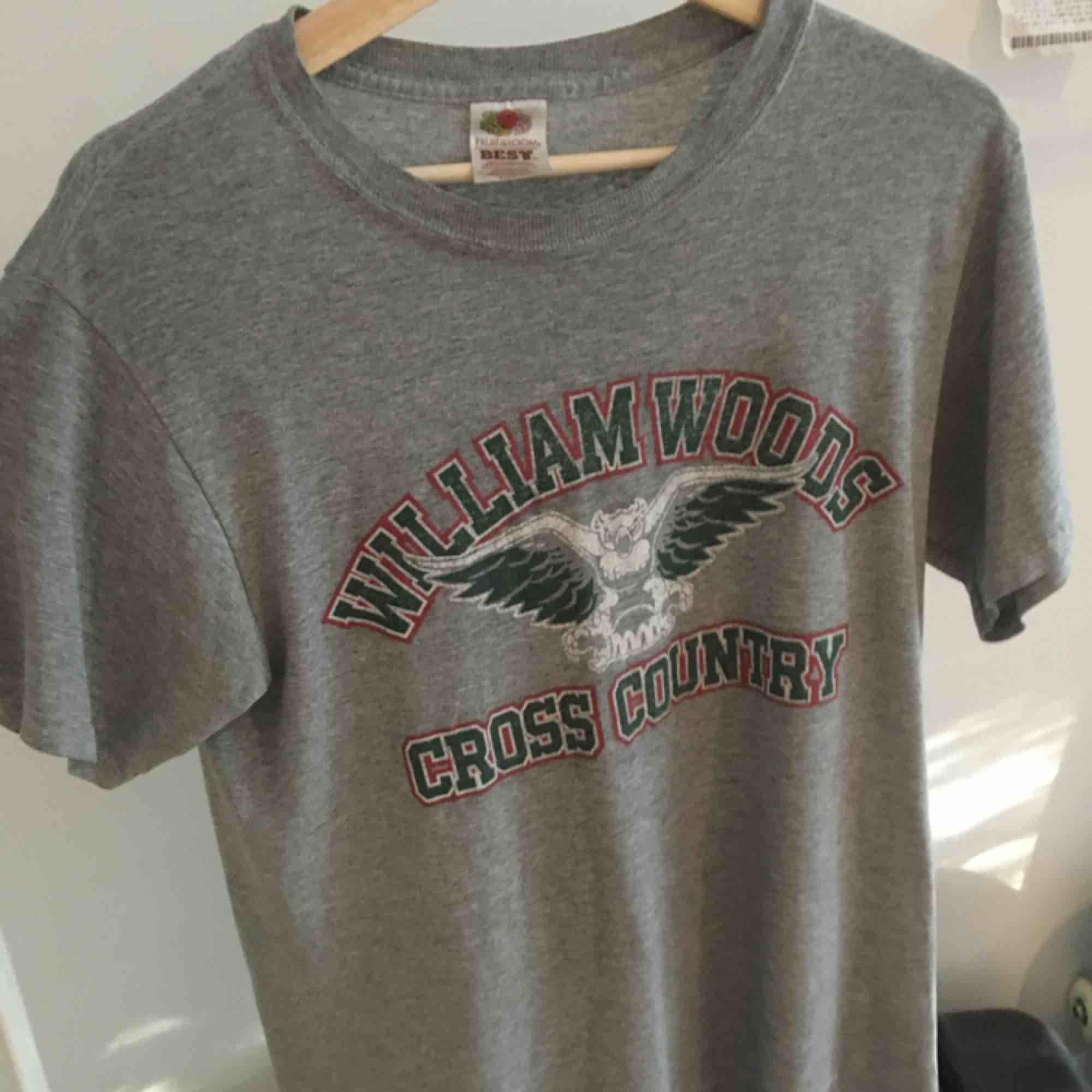 En t-shirt köpt på Beyond Retro för 180kr. En snygg vintage tröja som sitter bekvämt, snygg att stoppa innanför byxorna. . T-shirts.