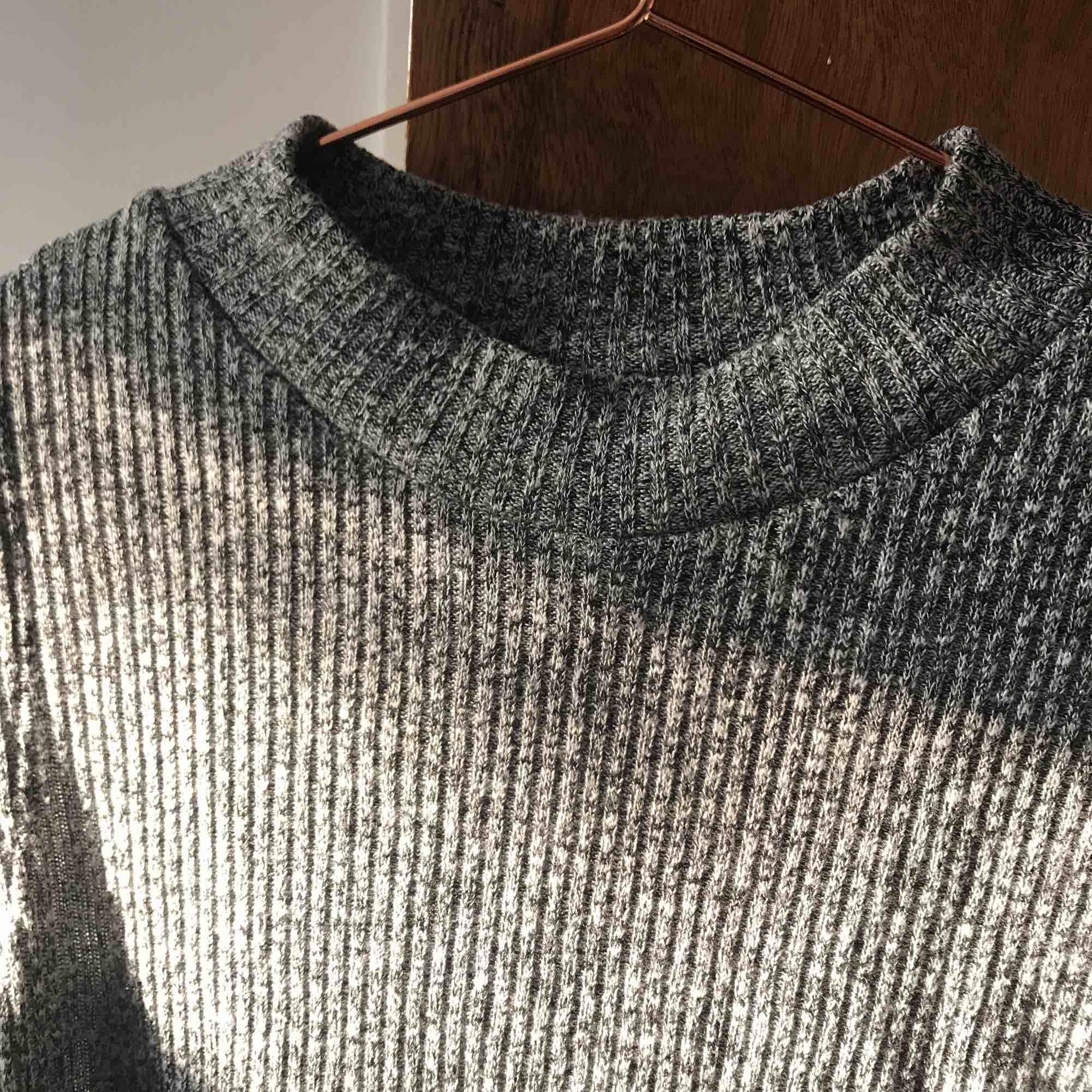 Halvpolo tröja med öppning längst sidorna, kan mötas upp i gbg annars betalar köpare för frakt! Ha det bra:). Toppar.