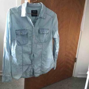 Ljus jeanskjorta med pärl knappar liten i strl, knappt använd, kan mötas upp i gbg annars står köparen för frakt