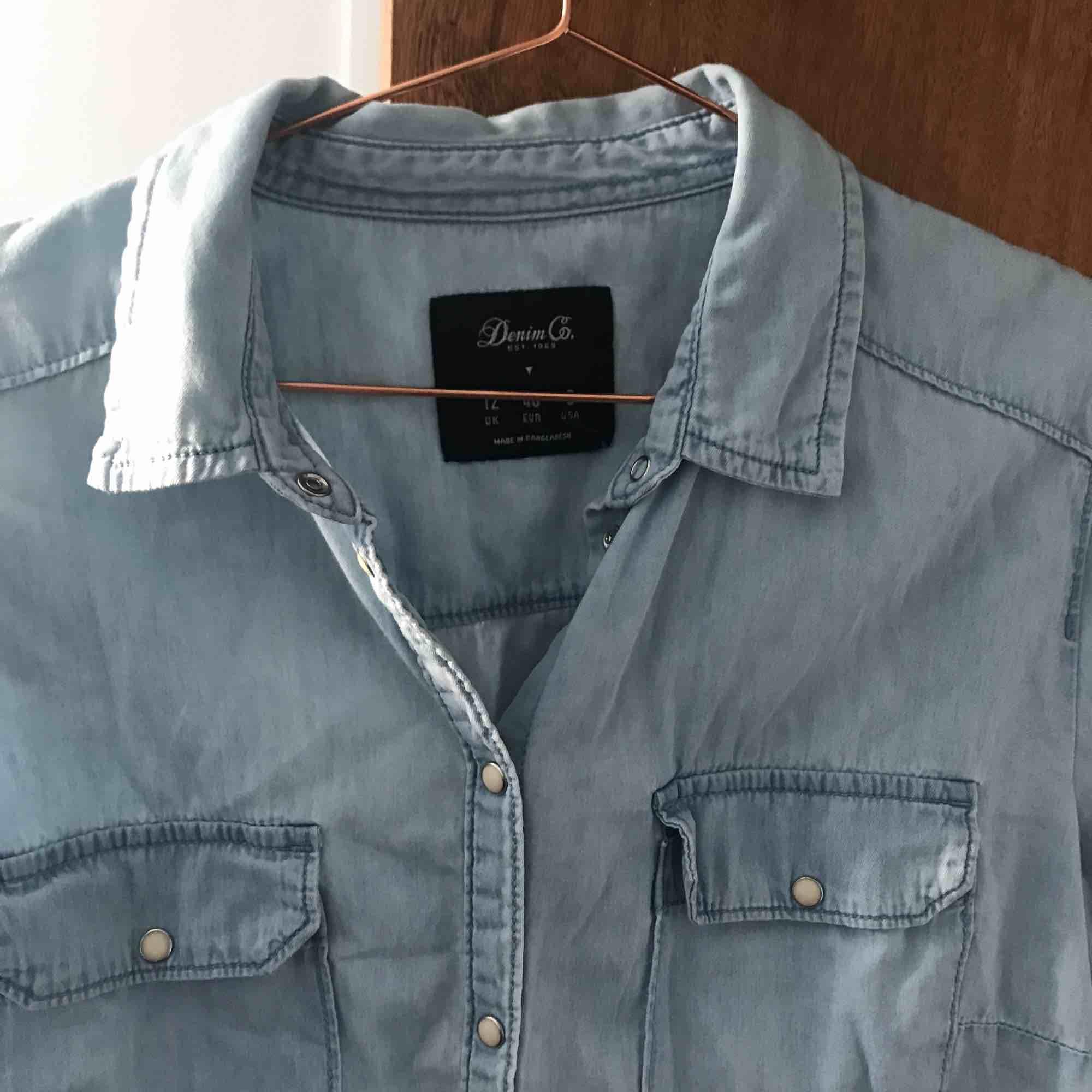 Ljus jeanskjorta med pärl knappar liten i strl, knappt använd, kan mötas upp i gbg annars står köparen för frakt. Skjortor.