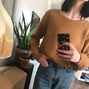 Superfin mörkt beige tröja. Storlek L. Såå skön! Perfekt till sommarkvällen 🌞 Mjuk och mysig. Lite längre modell. Fint oversize på mig som normalt har XS.