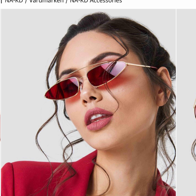Superballa och coola solglasögon med rött glas från Na-Kd. Säljer då de är lite för tuffa för min stil, aldrig använda, inga repor eller skador - som nya. 100kr inkl frakten!!. Accessoarer.