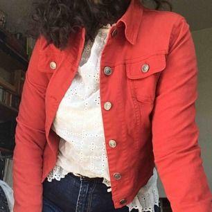 Kort röd jeansjacka, stretchig så att jag som har m kan få på mig den, men den är liten på mig. Frakt tillkommer eller så kan jag mötas i Stockholm