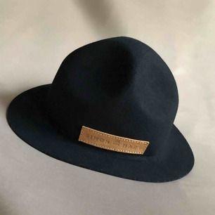 Mountain hat i 100% ull, inköpt i Kapstaden. Lägre modell än exempelbild.  Supersnygg!  Vid fler intressenter går köpet till den som lägger högsta budet.