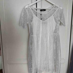 Tvådelad klänning (en vit, en spets) från Motel. Oanvänd, endast provad. Köparen står för frakten, endast swish 🌱