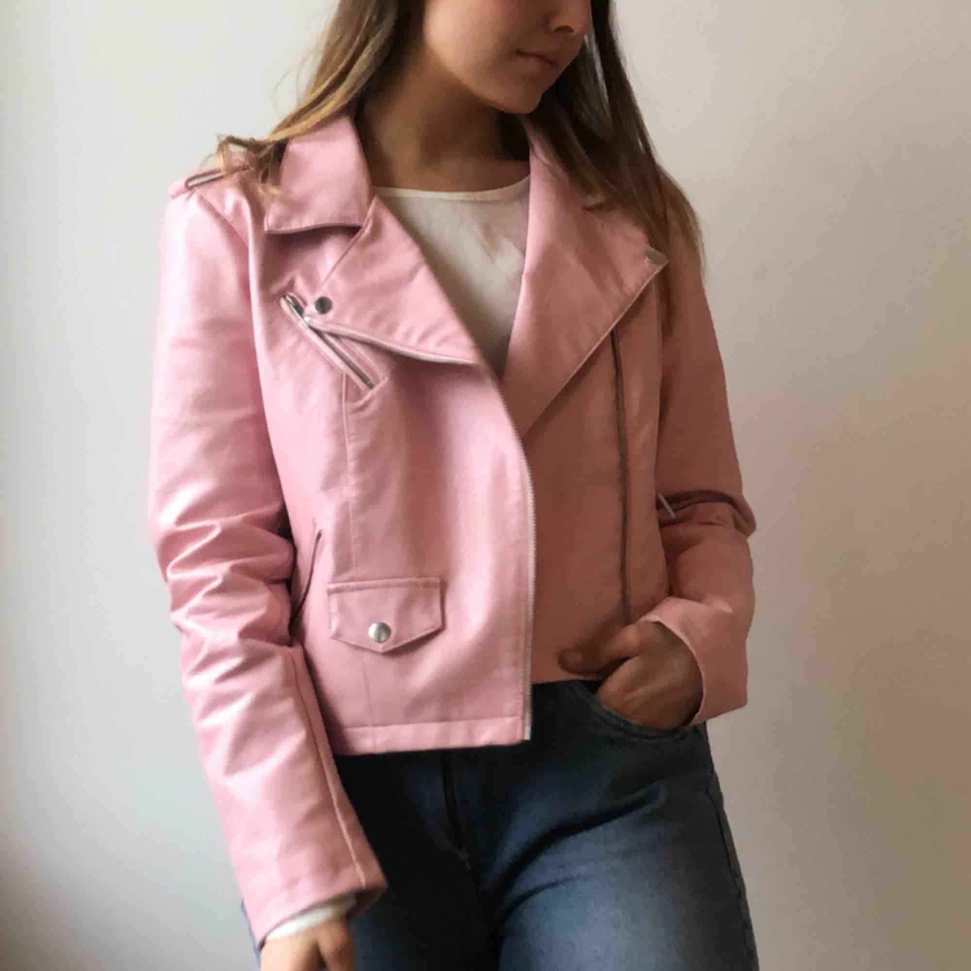 Pink faux biker leather jacket / Rosa konstläder/skinnimitation jacka Frakt eller upphämtning i Stockholm / Shipped or picked up in Stockholm. Jackor.