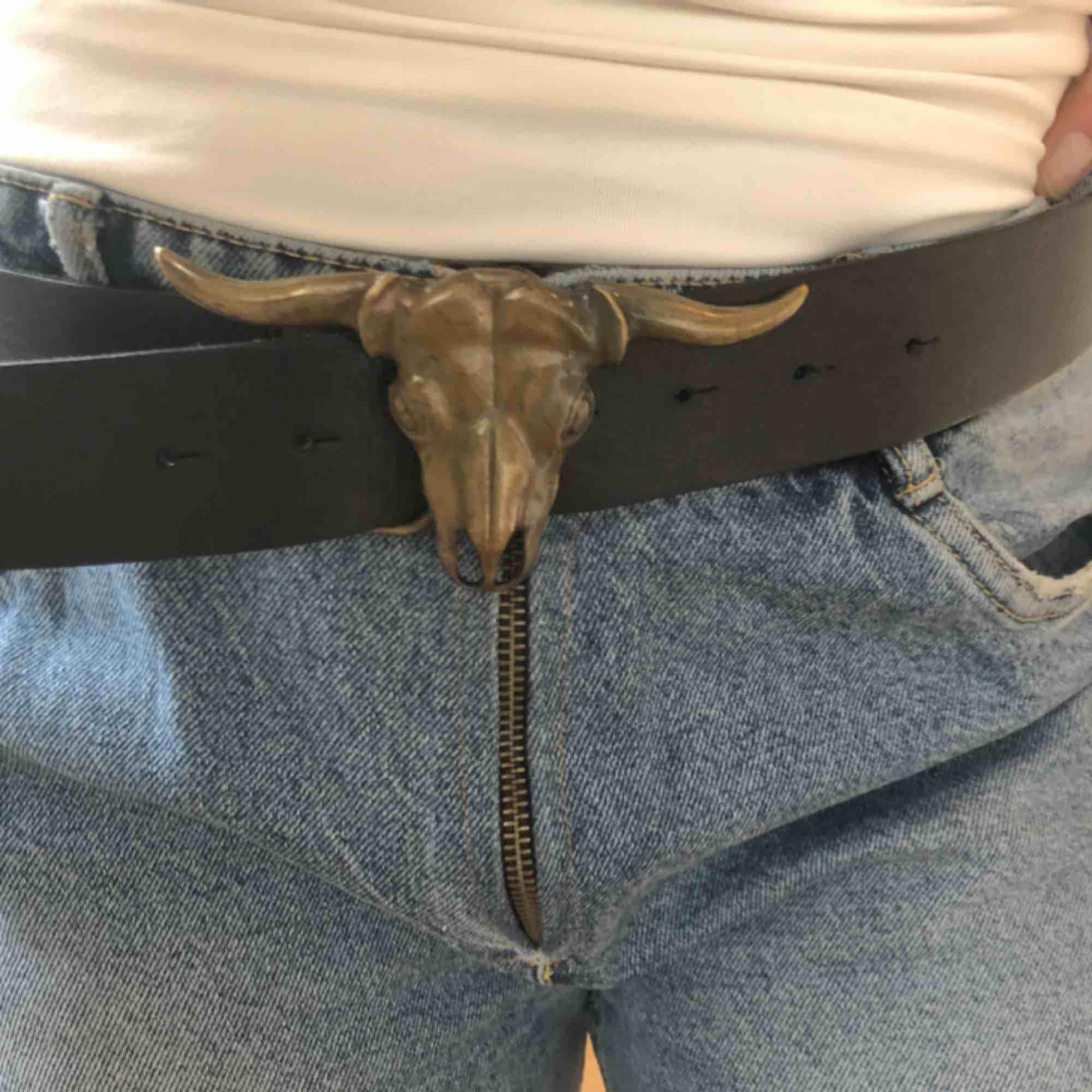 """Black statement belt with """"bullhorn"""" / Svart skärp Frakt eller upphämtning i Stockholm / Shipped or picked up in Stockholm. Accessoarer."""