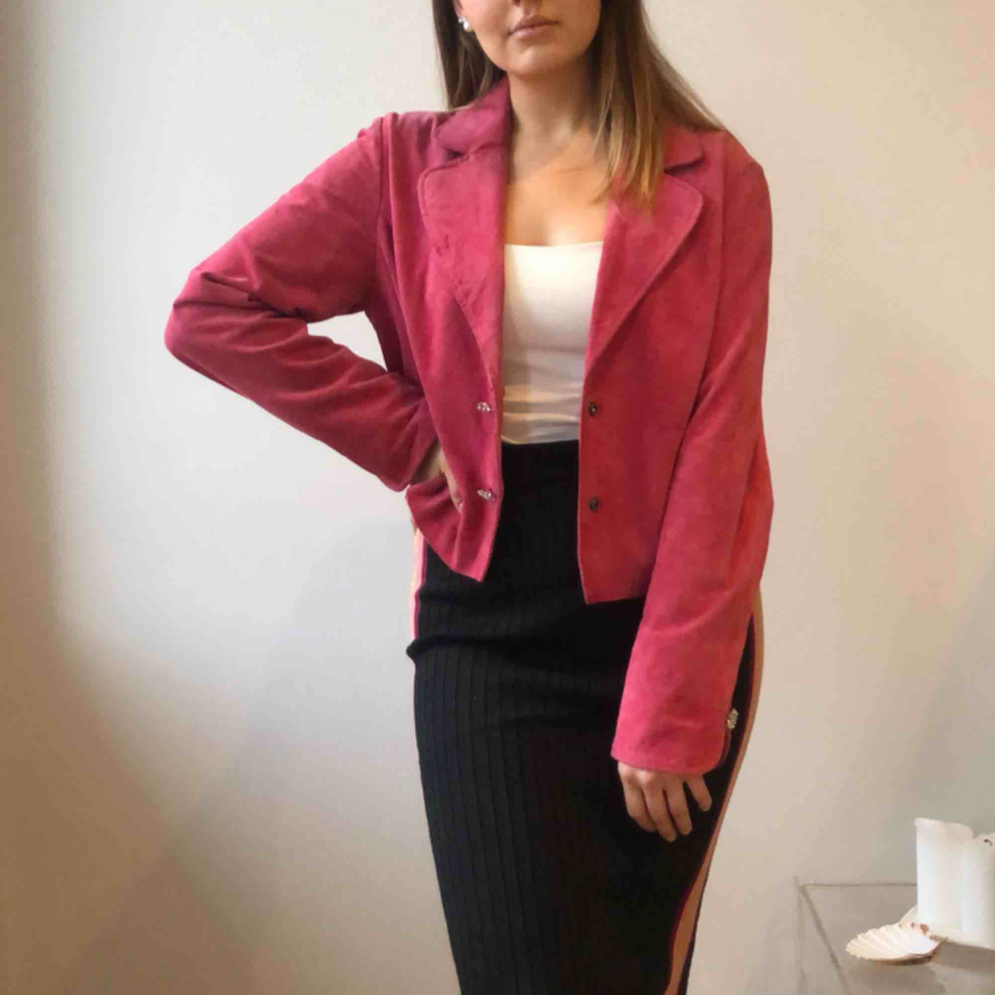 Raspberry red / pink suede vintage leather jacket / Rosa mockajacka / skinnjacka Frakt eller upphämtning i Stockholm / Shipped or picked up in Stockholm. Jackor.
