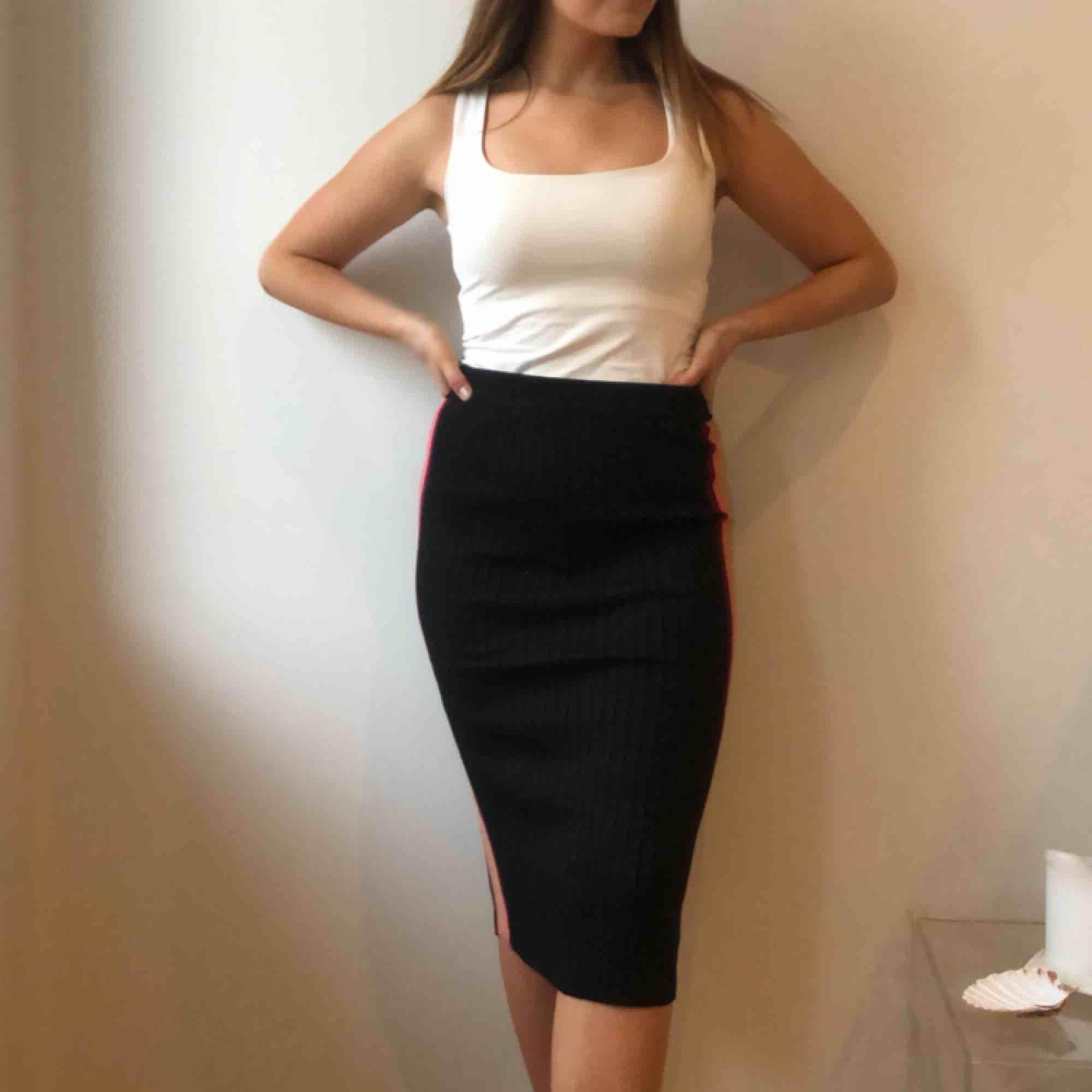 Soft knit skirt with colorful, glittery stripe on the side /stickad kjol. Kjolar.