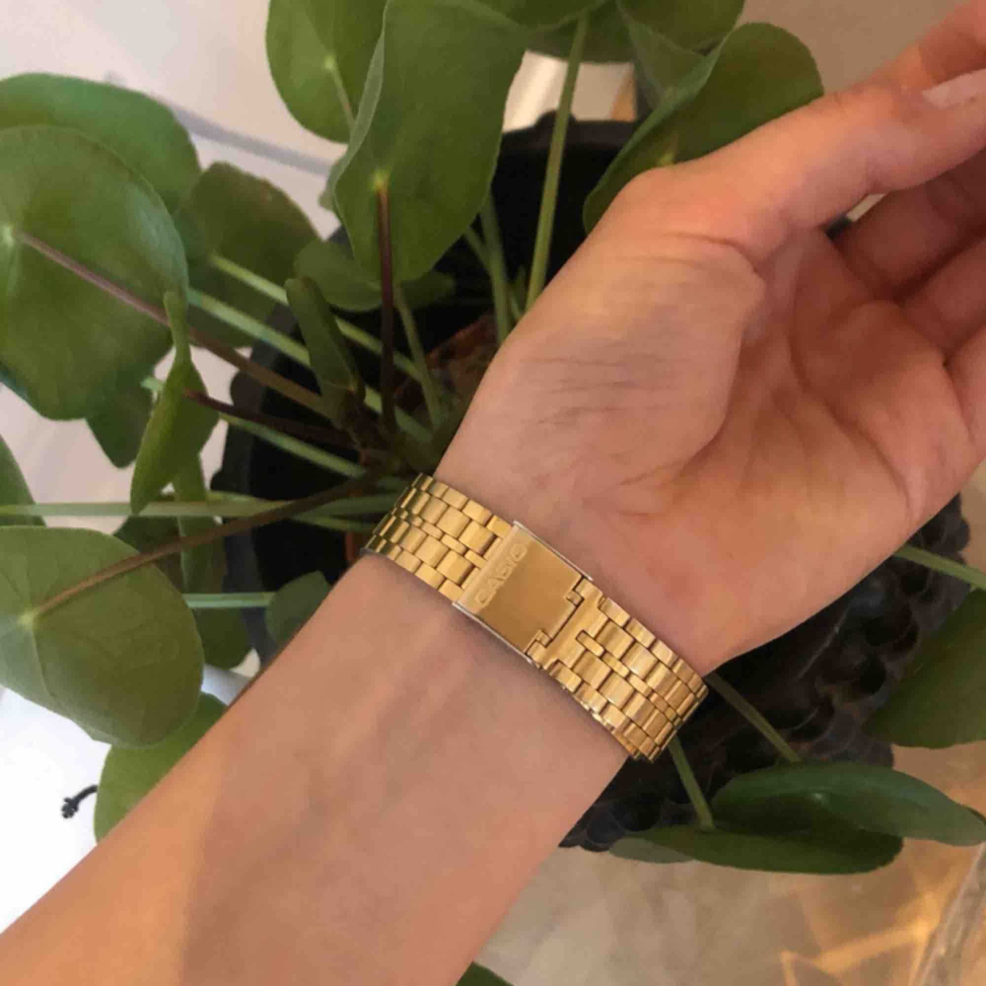 Gold Casio watch / Guld Casio digitalklocka. Accessoarer.