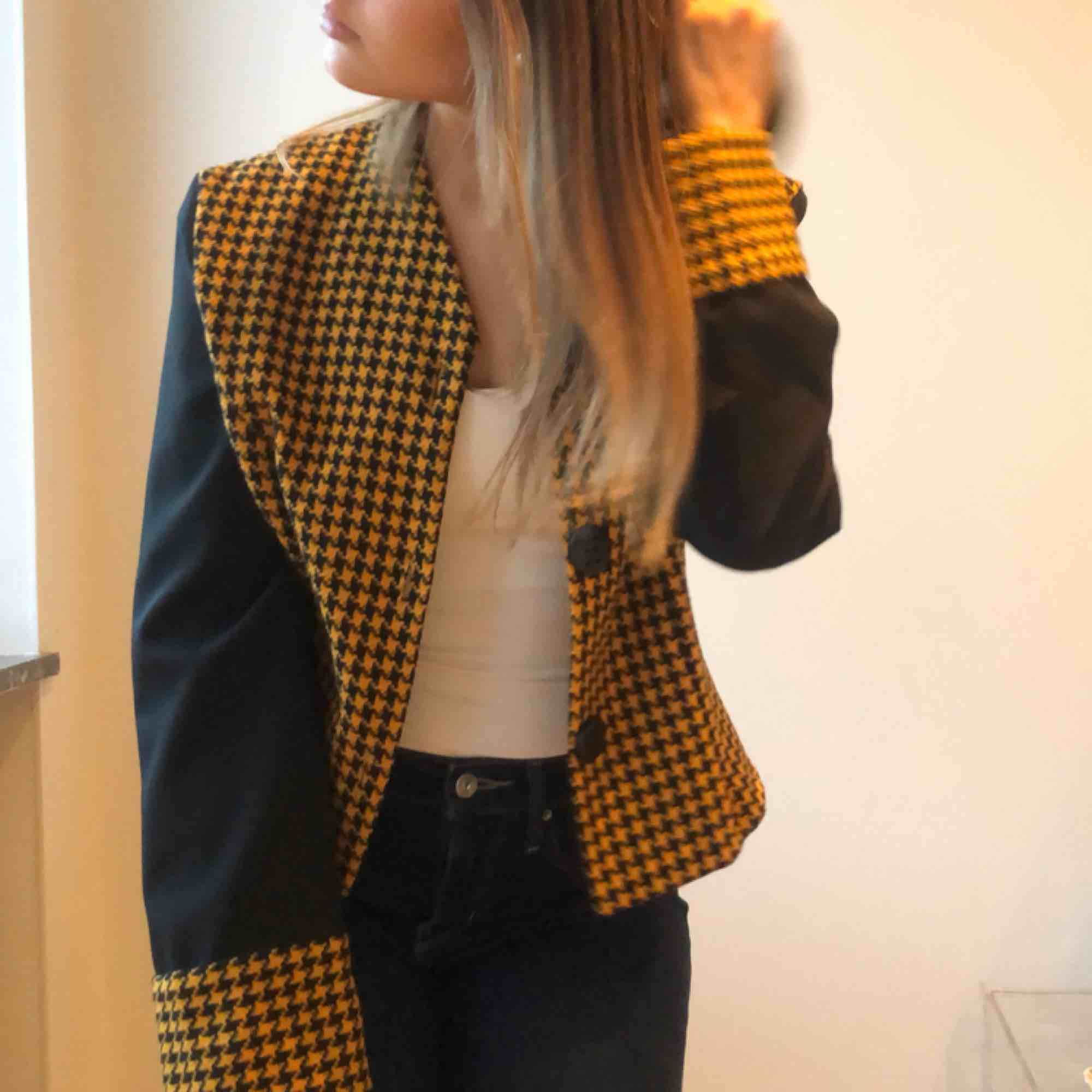 Cool black and yellow vintage jacket with checkered print. Jackor.
