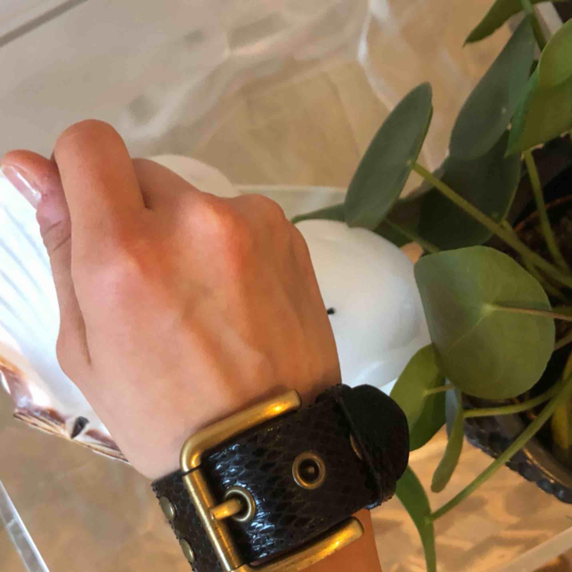 Dolce & Gabbana black leather bracelet / svart armband. Accessoarer.