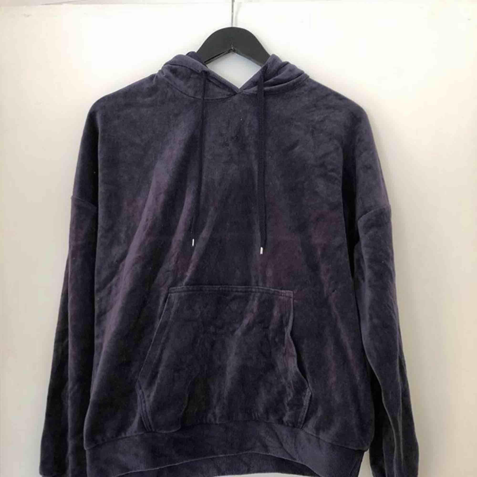 En velour hoodie, mjuk och skön, bra skick! . Huvtröjor & Träningströjor.