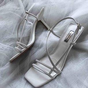 HELT NYA slutsålda Topshop white strippy sandals ✨ Original box följs med. Nypris 660kr. Frakt 50kr
